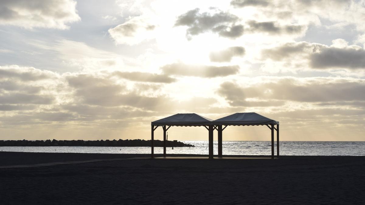 Zonas de sombra en la playa de Santa Cruz de La Palma.