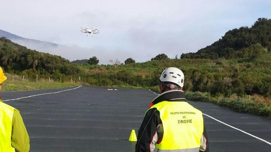 En la imagen, dos personas pilotando un dron durante el curso celebrado en Villa de Mazo.