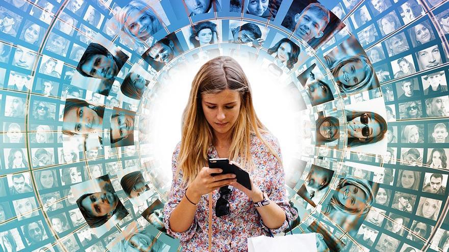 Las relaciones sociales se destruyen a pasos agigantados, a golpe de SMS, emoticonos y redes sociales.