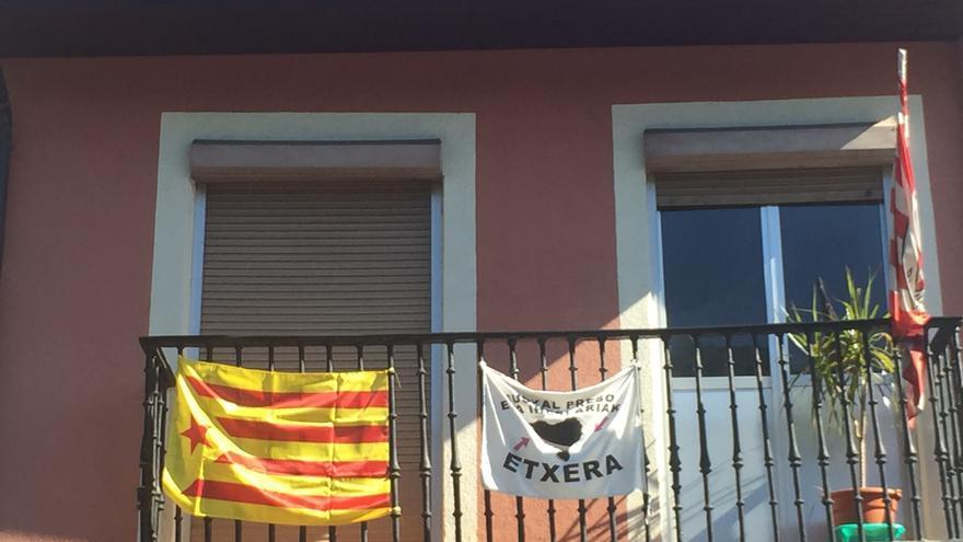 Una estelada, junto a una pancarta sobre los presos de ETA, en un balcón de Bilbao.