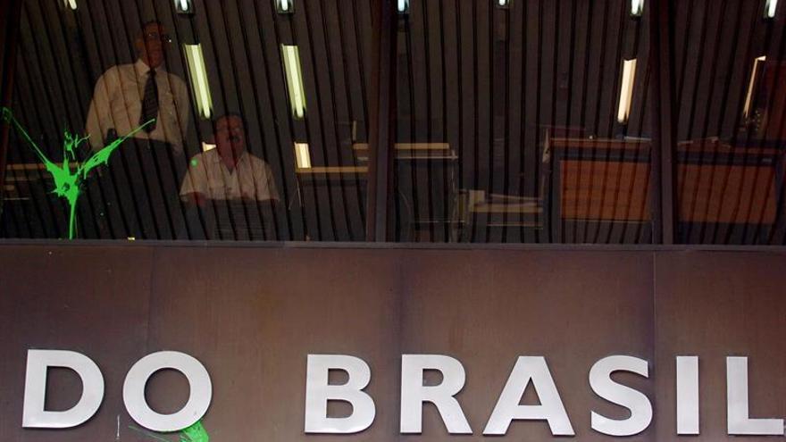 Brasil reduce la tasa básica de interés a su mínimo histórico
