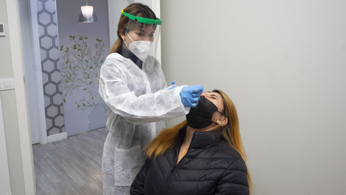 Una trabajadora realiza un test de antígenos en Madrid.