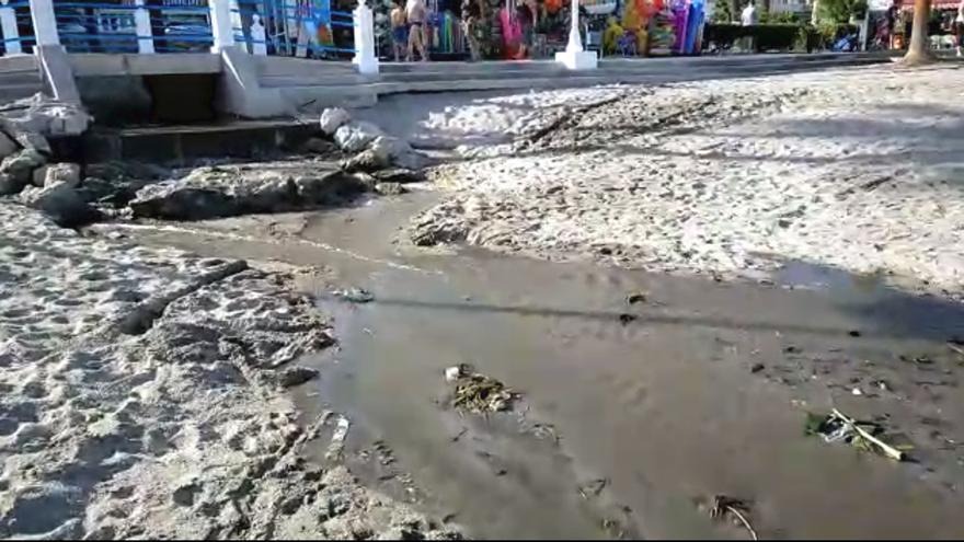 Caudal de residuos en la playa de Burriana, en Nerja