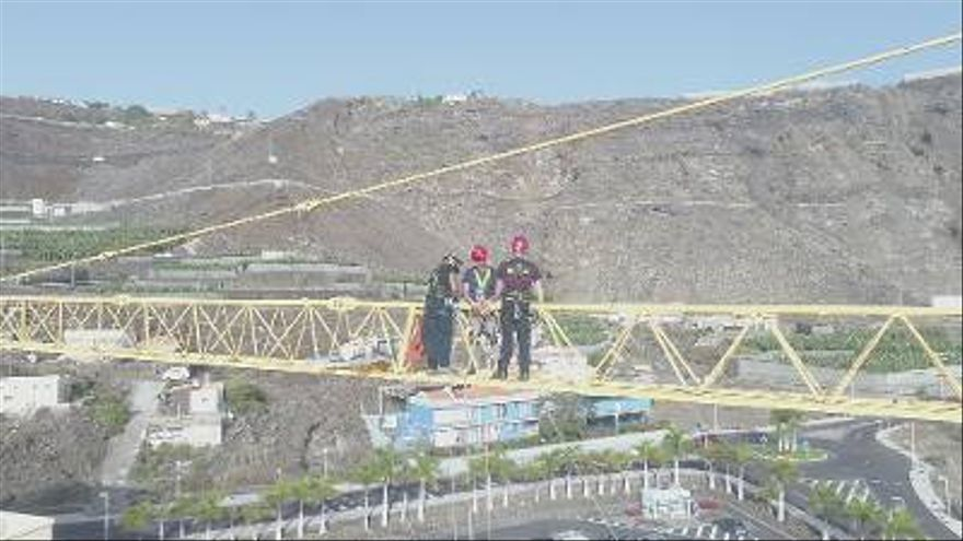 Imagen de parte la fase práctica del curso de Coordinación de equipos de rescate en altura.