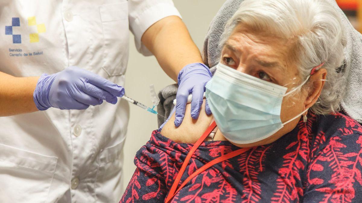 Una mujer recibe la segunda dosis de la vacuna contra la COVID-19 en Canarias