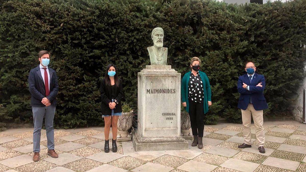 La delegada de Juventud del Ayuntamiento de Córdoba, Cintia Bustos (segunda por la izda.), y el presidente de Fundecor, Librado Carrasco (cuarto), en su visita al IES Maimónides.