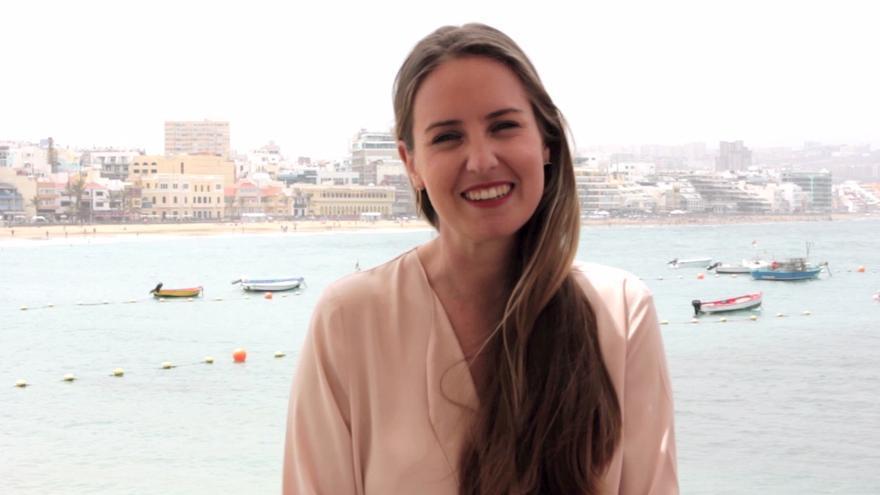 La candidata de Ciudadanos a presidir el Gobierno de Canarias, Melisa Rodríguez, en la Playa de Las Canteras. (Foto: Marina Cardenal)