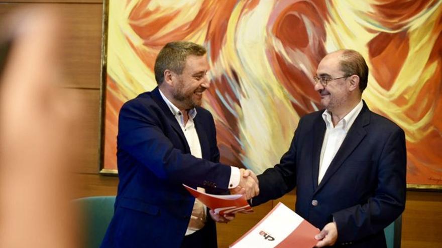 José Luis Soro y Javier Lambán, tras suscribir su segundo acuerdo de investidura.