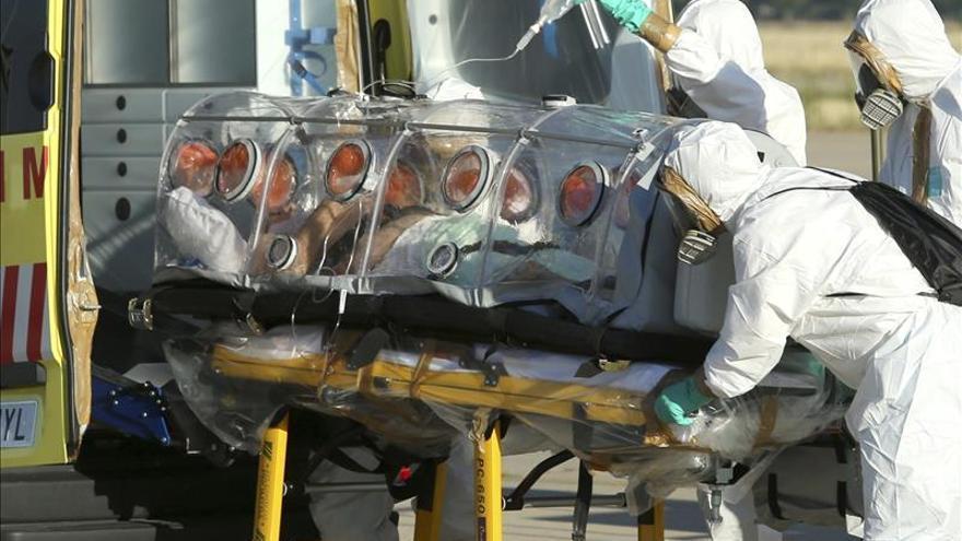 El español infectado de ébola pasa la primera noche en el hospital