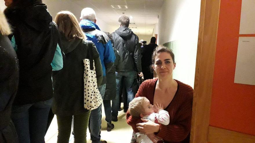 Marta dándole el pecho a Nahia en el pasillo del colegio frente a cientos de personas que iban a votar