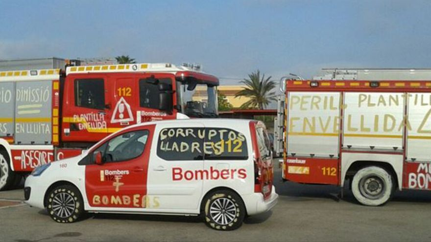 Varios de los vehículos de Bomberos, repletos de pintadas en el parque de Dénia