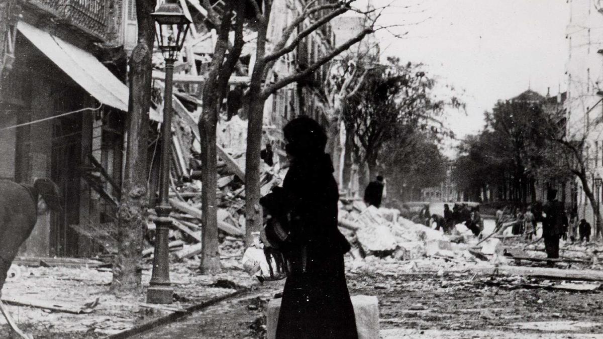 Consecuencias de los bombardeos en la calle Quintana 22. Biblioteca Nacional de España, Madrid.