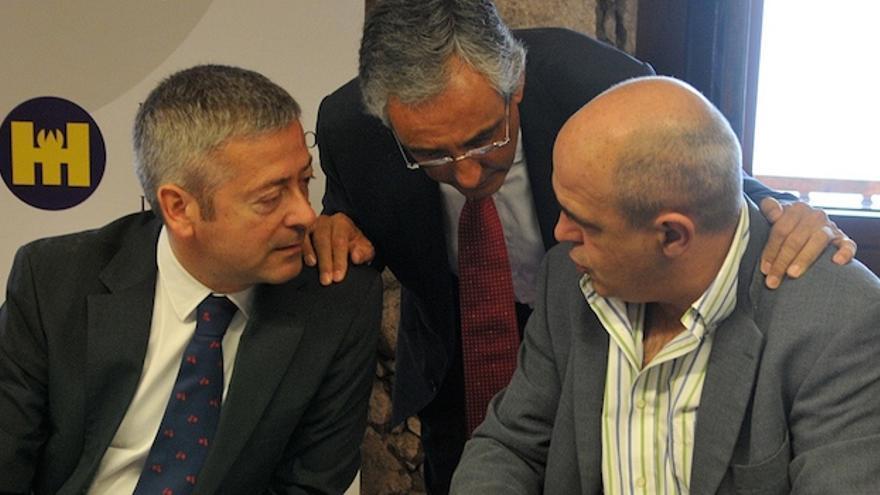 El presidente de la Confederación Canaria de Empresarios (CCE) de Las Palmas, Agustín Manrique de Lara; el presidente de la Federación de Empresarios de Hostelería y Turismo de Las Palmas (FEHT), Fernando Fraile; y el presidente de la Asociación de empresarios de Hoteleros de las Palmas, José María Mañaricua.