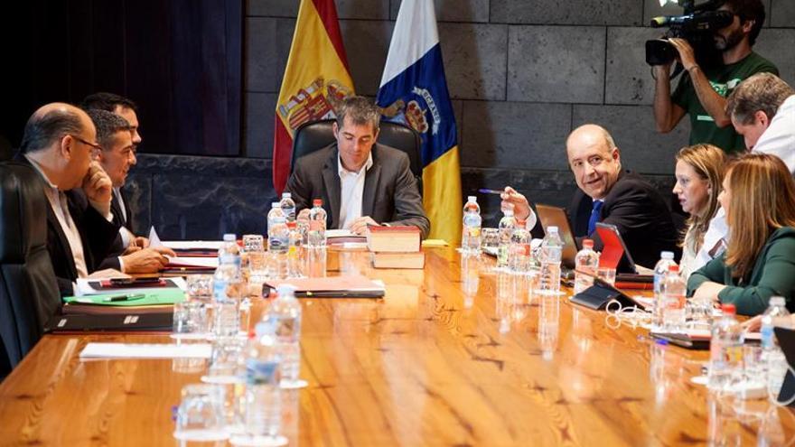 El presidente del Gobierno de Canarias, Fernando Clavijo (c), presidió hoy el Consejo de Gobierno del Ejecutivo canario celebrado en Santa Cruz de Tenerife. EFE/Ramón de la Rocha