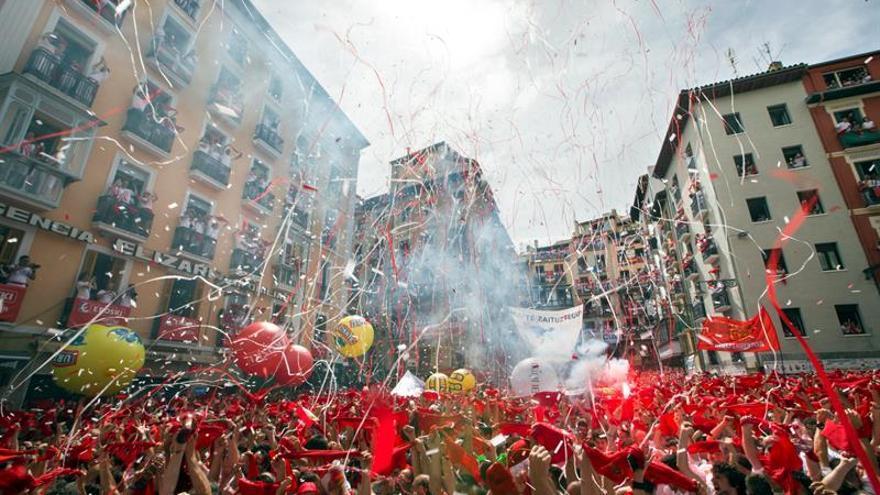 El chupinazo abre los sanfermines con la ikurriña en el Ayuntamiento