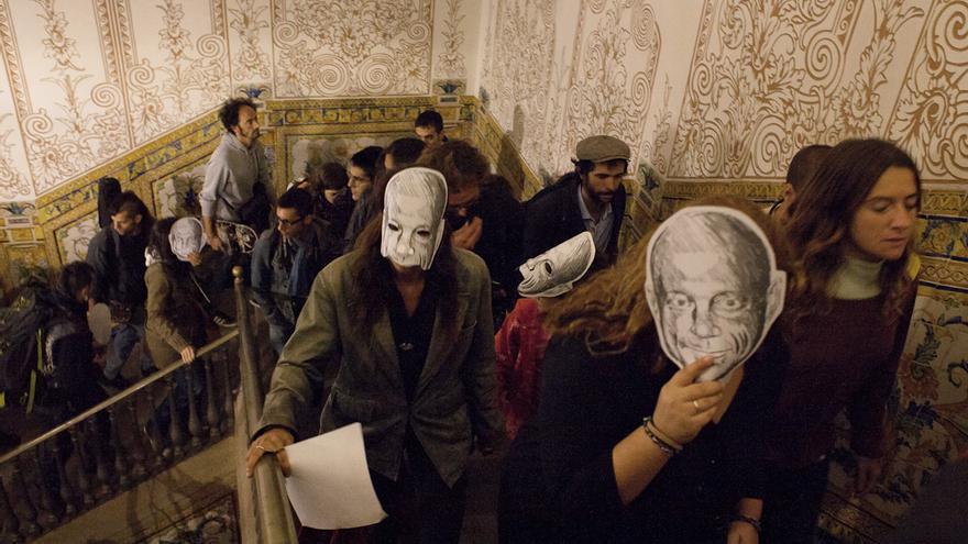 Escrache a la concejala Mercè Homs por la muerte de Juan Andrés Benítez. /ENRIC CATALÀ