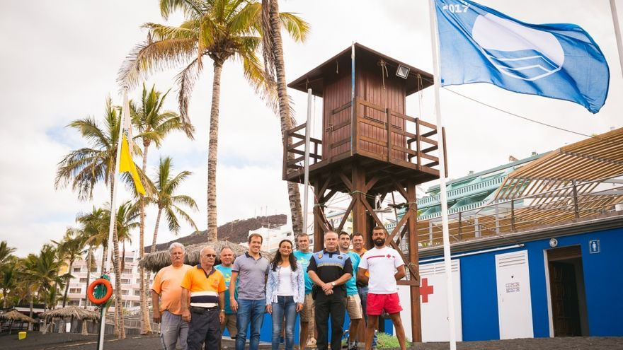 La bandera azul ondea ya en las playas de Puerto Naos y Charco Verde.