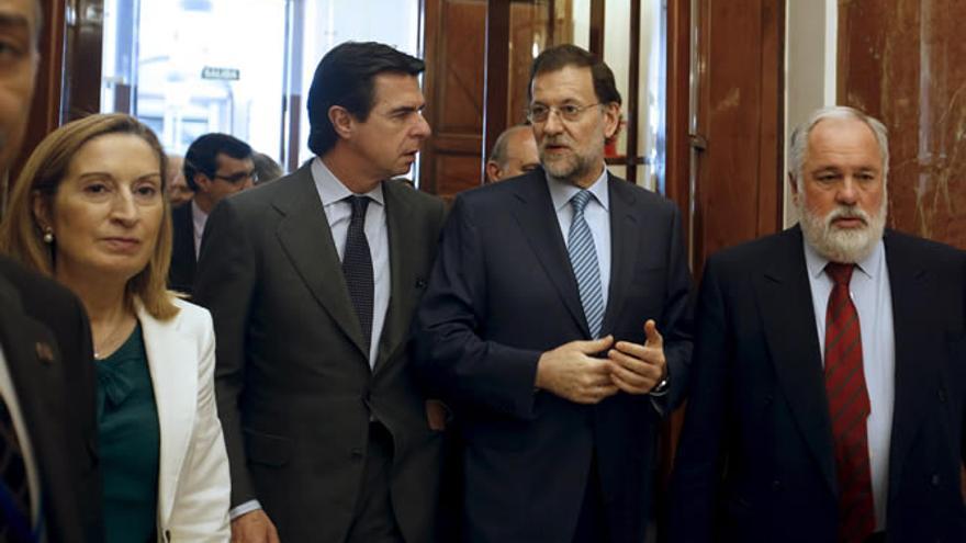 Mariano Rajoy flanqueado por los ministros Ana Pastor, José Manuel Soria y Arias Cañete.