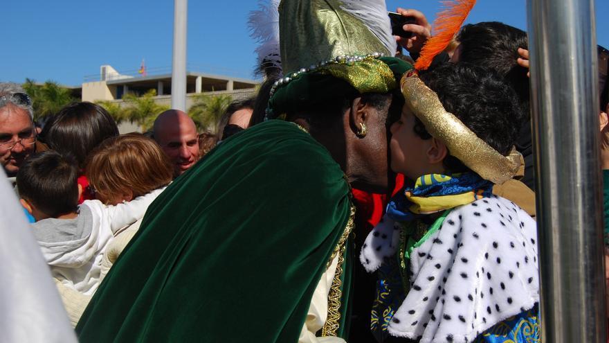 Un niño besa a Baltasar en su llegada a Las Palmas de Gran Canaria