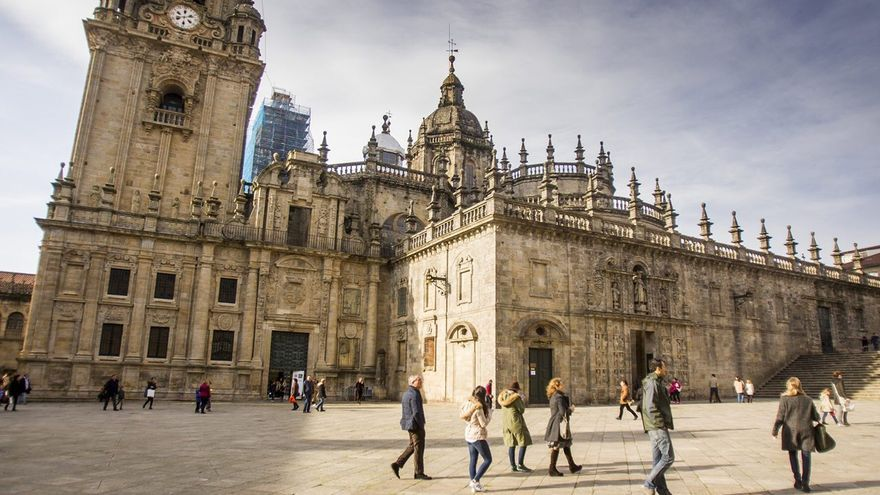 Vista de la Catedral de Santiago desde la Praza da Quintana, mientras se desarrollaban obras en las torres de la fachada del Obradoiro (al fondo)