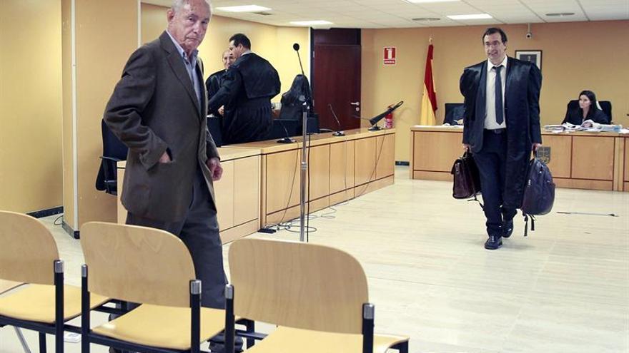 El que fuera presidente de la patronal de la construcción de Tenerife (Fepeco), Antonio Plasencia (i) durante la sesión en la Audiencia Provincial de Santa Cruz de Tenerife