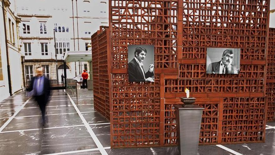 El Parlamento Vasco recuerda a Buesa y Casas, asesinados por ETA
