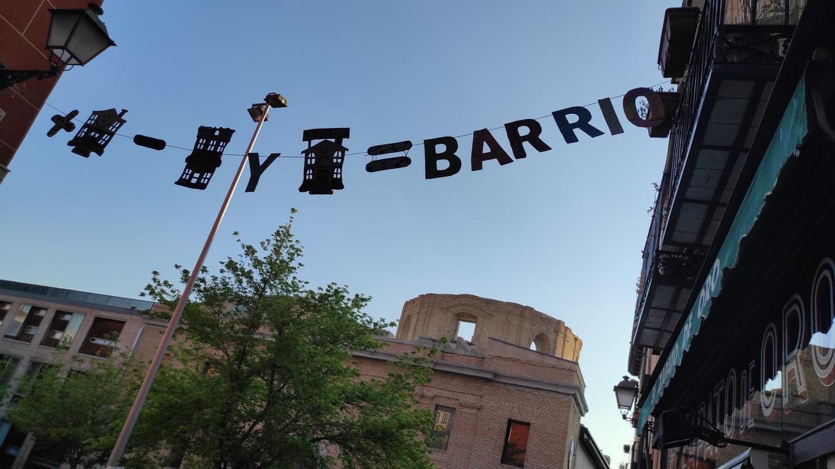 """Uno de los mensajes reivindicativos con los que la plataforma Fiestas Populares de Lavapiés ha engalanado la calle Sombrerete. """"Más vivienda, menos hoteles y menos AirBnb, igual a BARRIO"""""""