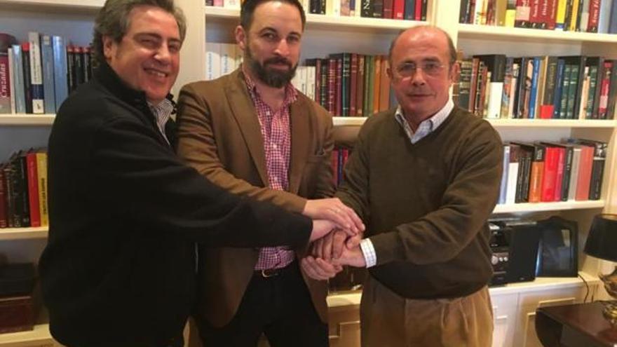 Gil Lázaro, con Abascal y José María Llanos, líder de Vox en Valencia, en una imagen de la reunión filtrada por el propio político en su casa.