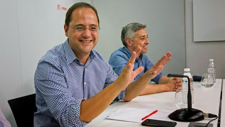 Luena pide a los militantes que no se vayan del PSOE