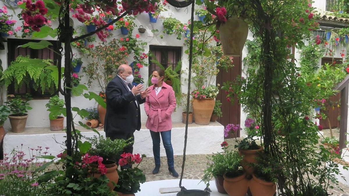 La portavoz del Grupo Socialista en el Ayuntamiento de Córdoba, Isabel Ambrosio, en los patios.