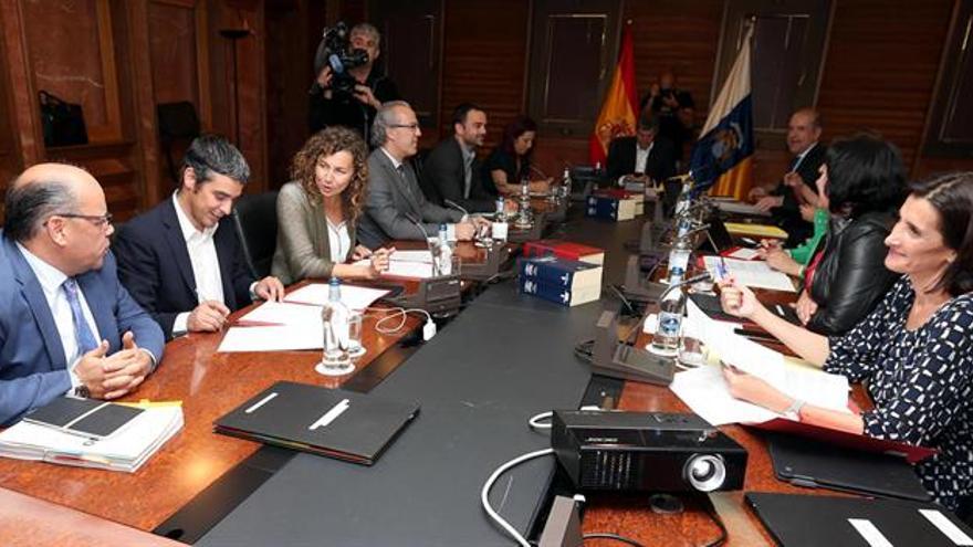 El presidente del Gobierno de Canarias, Fernando Clavijo (c) y los consejeros durante la reunión del Consejo de Gobierno