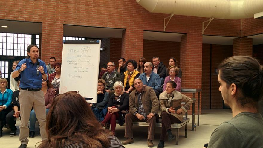 Pablo Iglesias responde una pregunta de un ciudadano en un acto de Podemos.