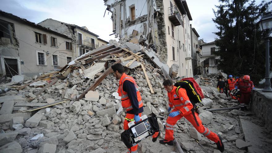 Los equipos de rescate buscan supervivientes en los escombros de un edificio de Arcuata del Tronto