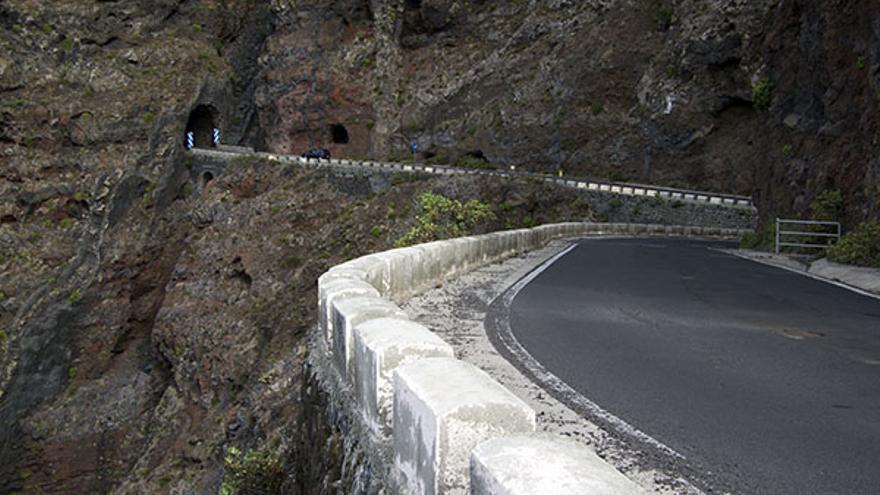 Tramo de carretera que conduce a Punta de Teno desde Buenavista del Norte, en Tenerife