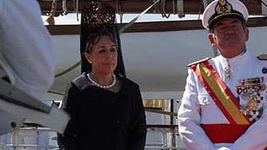 La mujer de Paulino Rivero lució peineta y mantilla típicas españolas, así como un modelo negro diseñado a su medida. (CANARIAS AHORA)