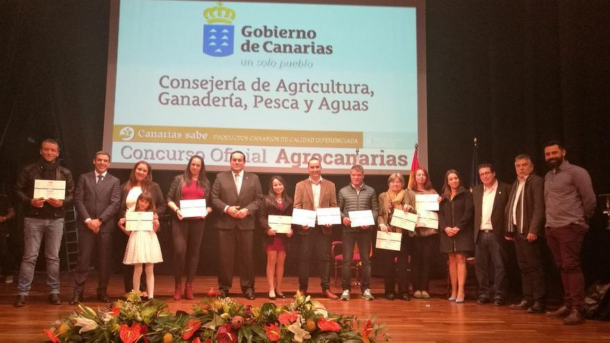Basilio Pérez junto a los galardonados y otras autoridades.