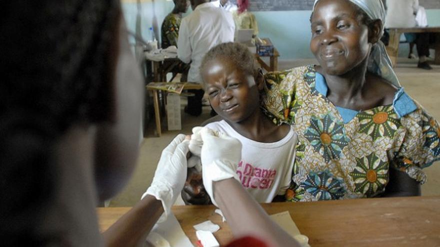 Imagen de archivo. Un niño siendo vacunado contra la malaria