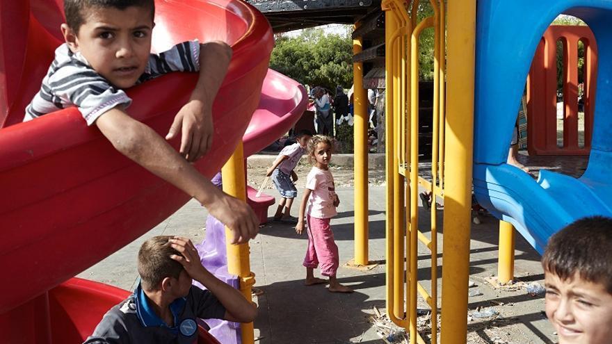En el parque infantil juegan los niños refugiados sirios con los niños iraquíes. Foto: ACNUR/S.Baldwin