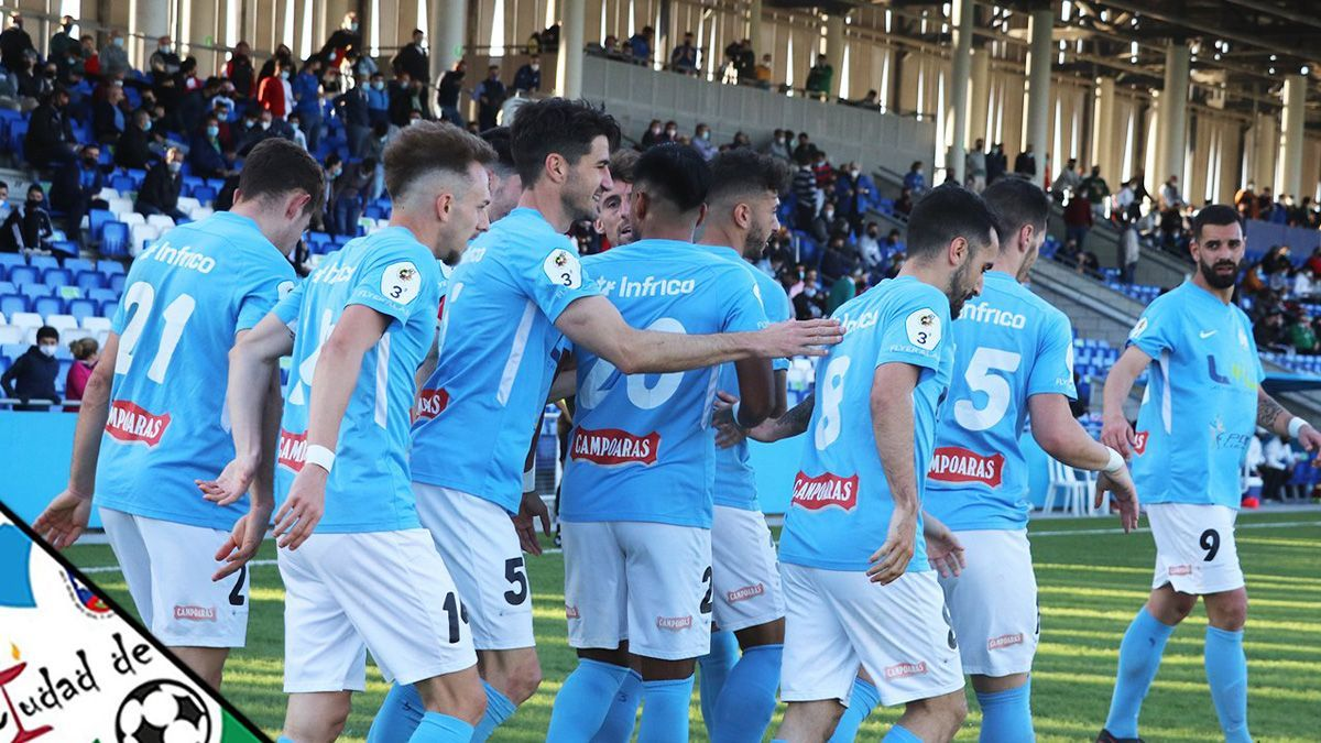 Los jugadores del Ciudad de Lucena celebran un gol