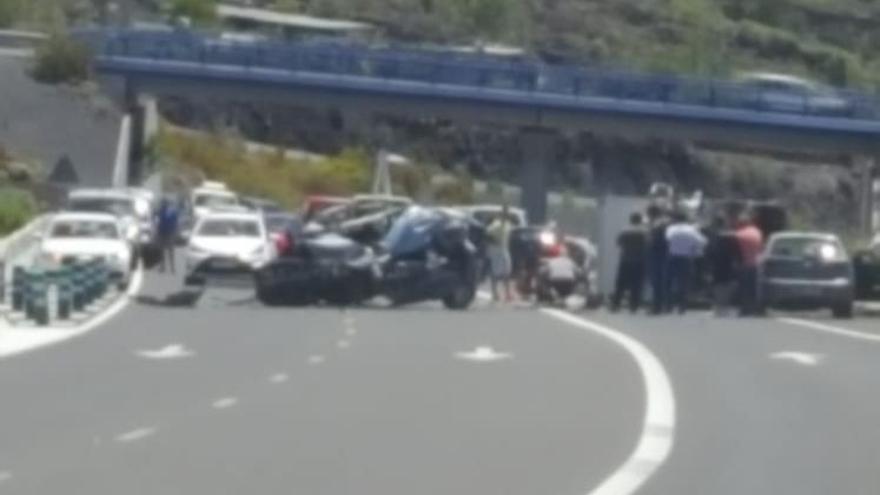 Accidente mortal en la TF-1 tras un choque frontal de un coche y un camión