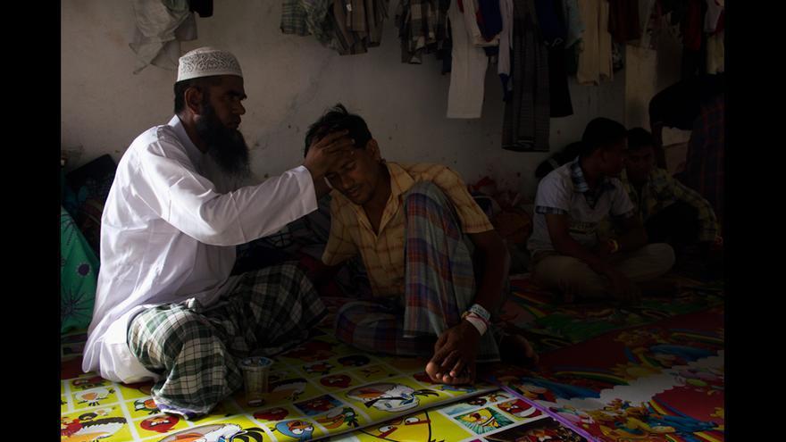 Inmigrantes bangladesíes en el campo de Kuala Langsa Port, en Aceh (Indonesia). Los rohingyas y bangladesíes del campo viven en pabellones separados, ya que, antes de desembarcar, se produjo una pelea en el barco en el que viajaban en la que se cree que murieron hasta cien personas. © Carlos Sardiña Galache / Yayasan Geutanyoe – A Foundation for Aceh.