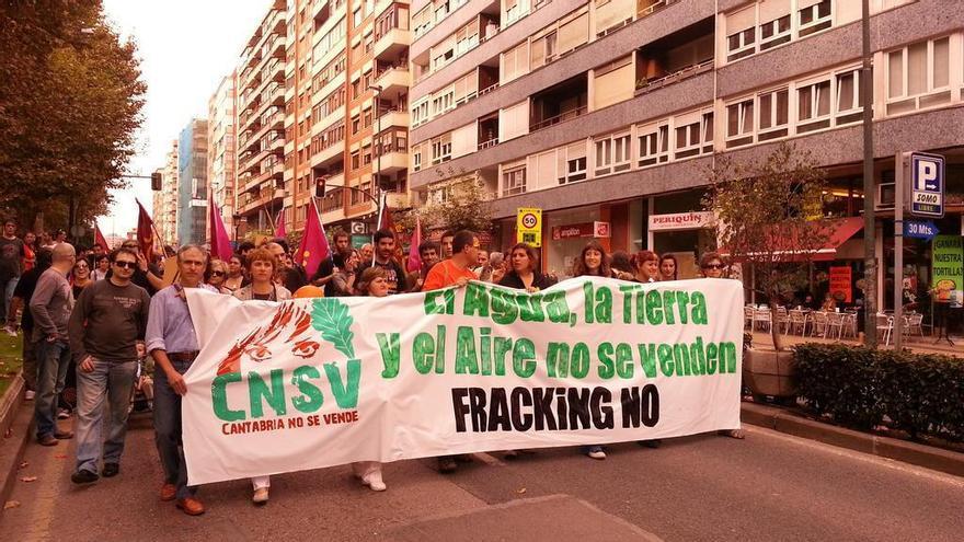 Miembros del colectivo Cantabria No Se Vende en una manifestación contra el fracking.