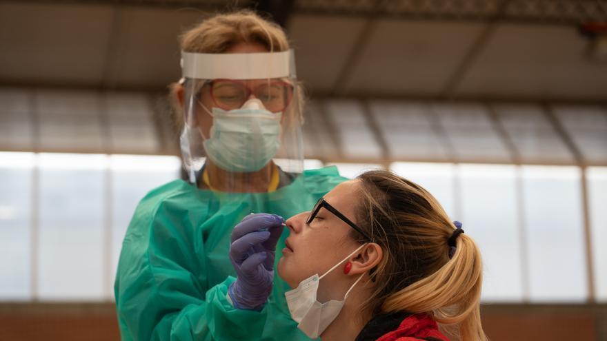 Sanitarios trabajando durante las pruebas de cribado de covid-19 con test de antígenos en el pabellón deportivo de 'El Paraguas'.