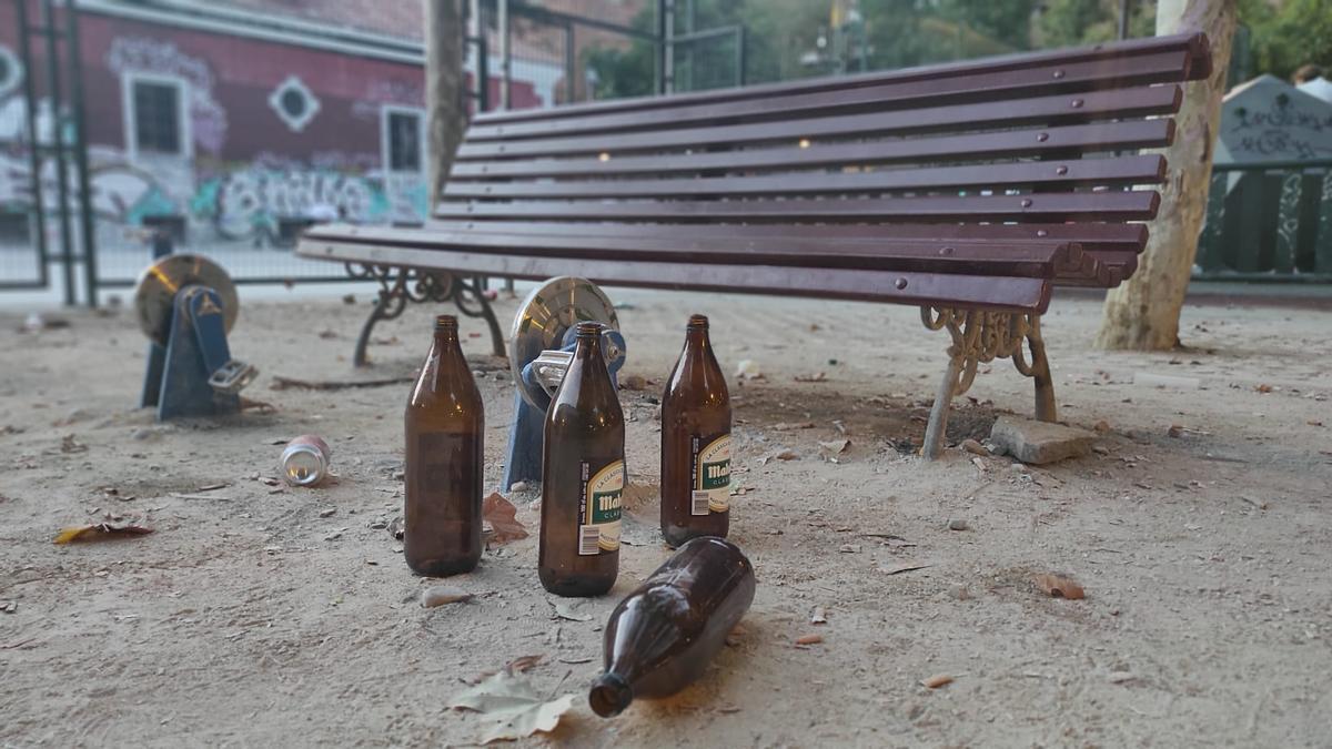 Litronas en el parque de Conde Duque una tarde después de una noche de botellón