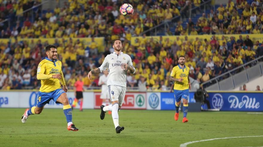 Tana y Ramos pugnan por un balón. (ALEJANDRO RAMOS)