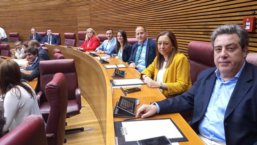 José María Llanos, a la derecha, junto a los miembros del grupo parlamentario Vox