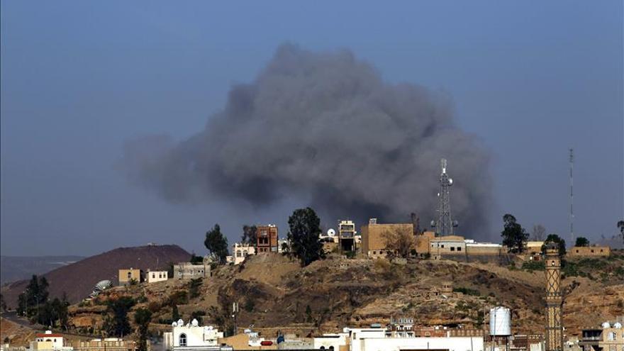 Mueren 20 civiles en bombardeos de la coalición a un barrio residencial de Saná