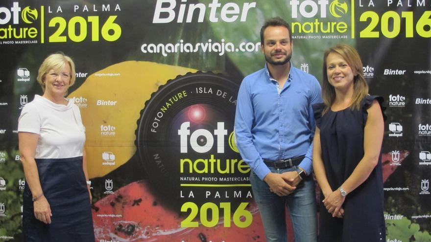 Jordi Pérez Camacho, consejero de Promoción Económica, Comercio y Empleo, con la responsable de relaciones institucionales y comunicación de Binter, Noelia Curbelo, y la directora de Canarias Viaja, Tina Sonck, empresas patrocinadoras de Fotonature.