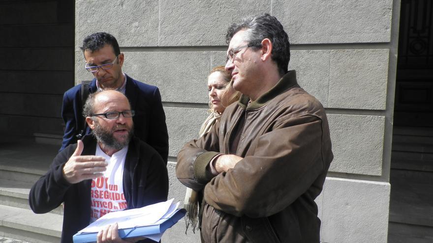 Fernando Gutiérrez junto a Fernando Ríos Rull, a las puertas de la Subdelegación del Gobierno en Santa Cruz de Tenerife.