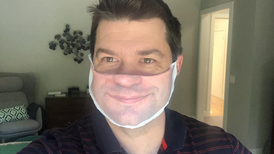El director Christopher Miller mostrando en sus redes su nueva mascarilla personalizada.